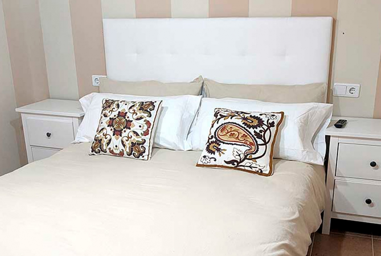 COSTA-ESURI-NET-ME106-room-TV-bed